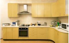 """Современная угловая кухня """"Summer"""" с матовыми фасадами и столешницей из искусственного камня"""